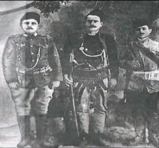 Jusufi në mes me të vëllanë djathtas dhe me bashkëluftëtarin