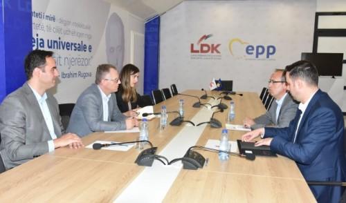 Kosovo_Pregovaracki_timovi_LVV_i_LDK_na_sastanku